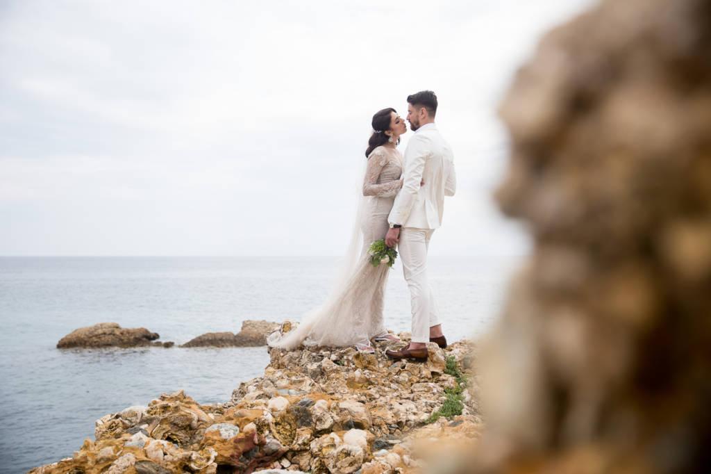 Mire si mireasa pe o plaja stancoasa din Thassos, Grecia