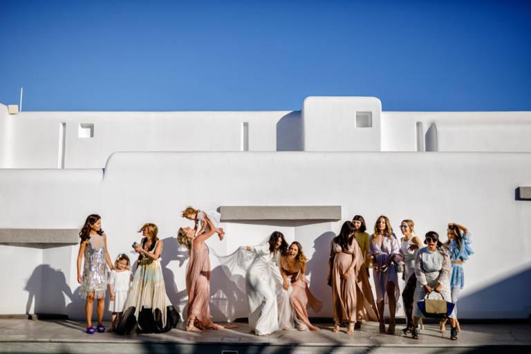 Mireasa si domnisoarele de onoare la o nunta in Grecia