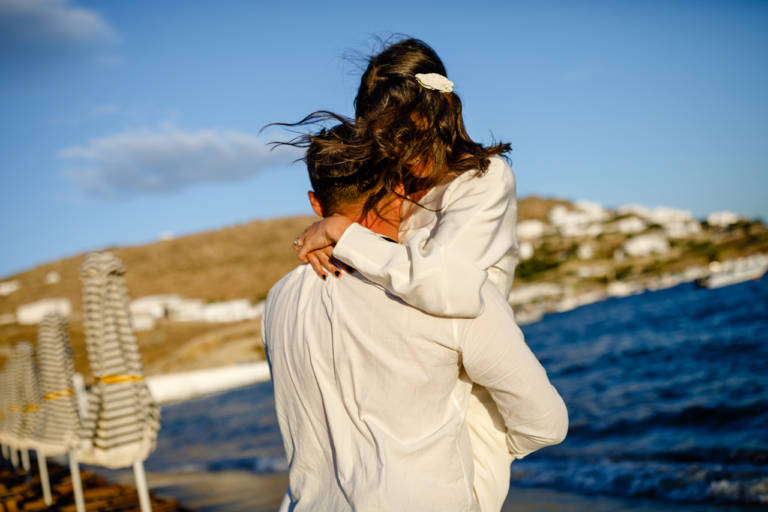 Mire si mireasa la sedinta foto pe plaja in Mykonos, Grecia