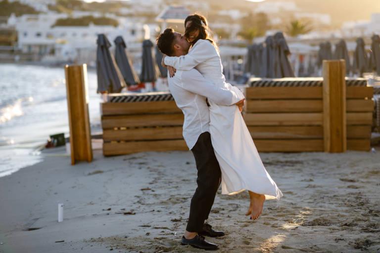 Mire si mireasa la sedinta foto de nunta pe plaja in Mykonos, Grecia