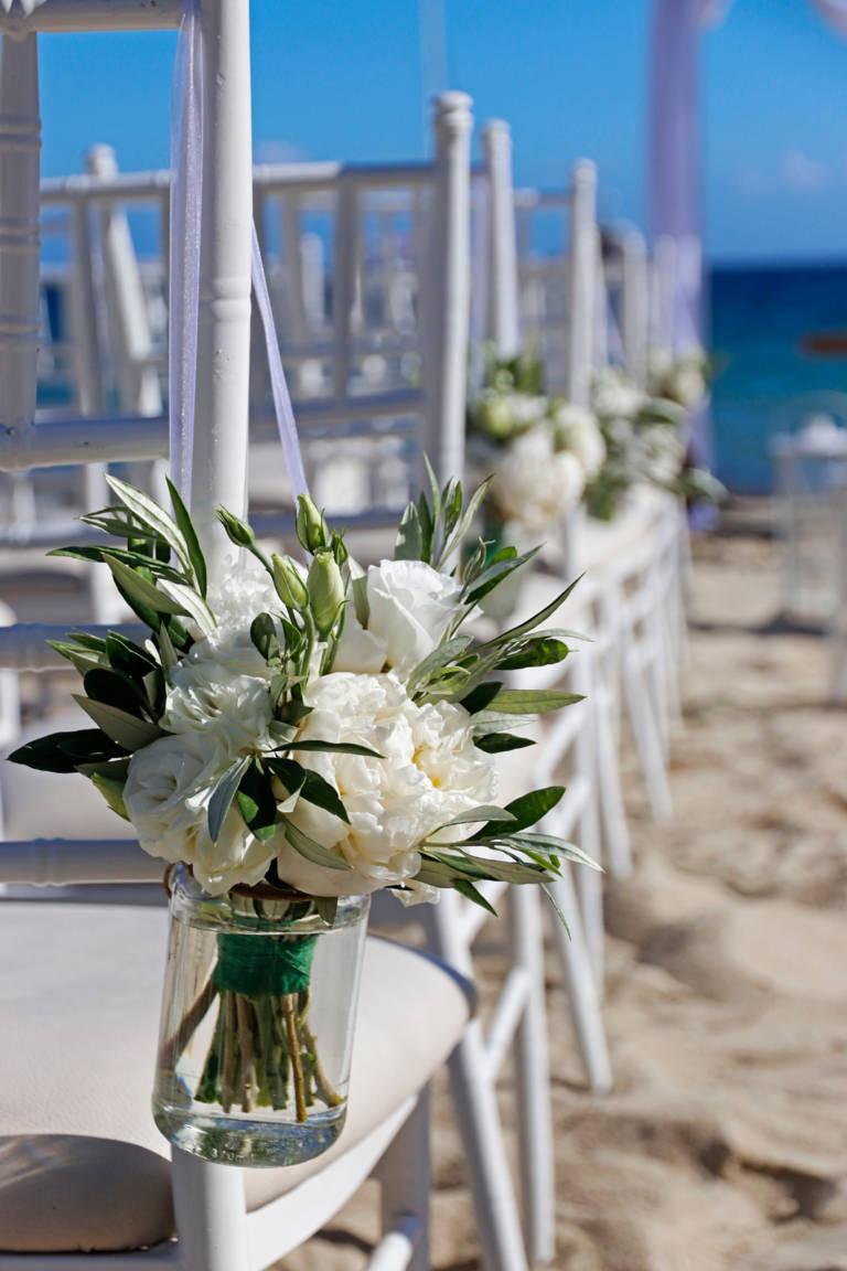 Flori albe in borcane - Decoratiuni de nunta pe plaja in Mykonos