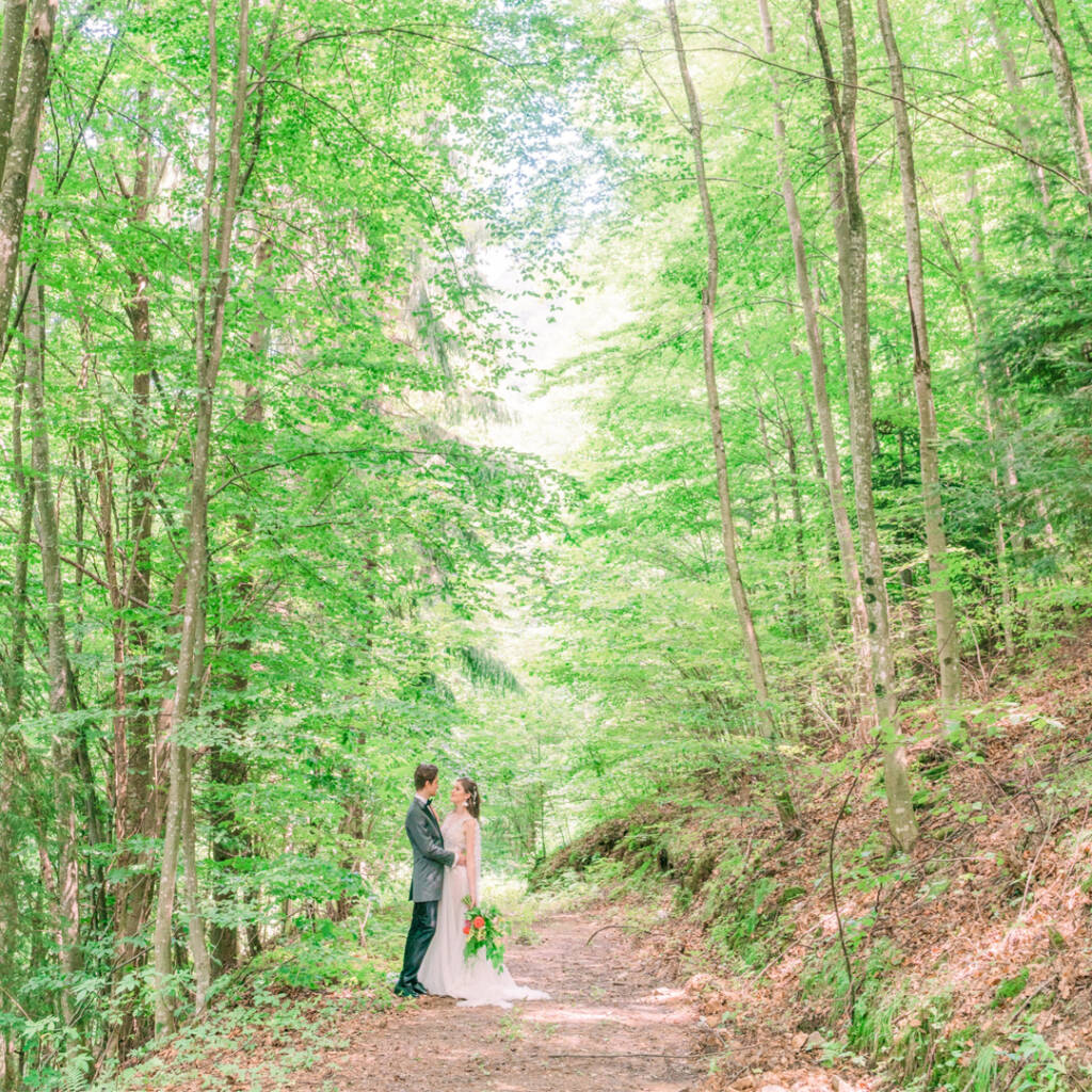 Connect with nature: wedding photoshooting deep in the forest